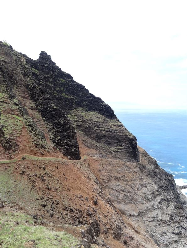 Kalalau-trail-backpacking-descending-to-crawlers-ledge