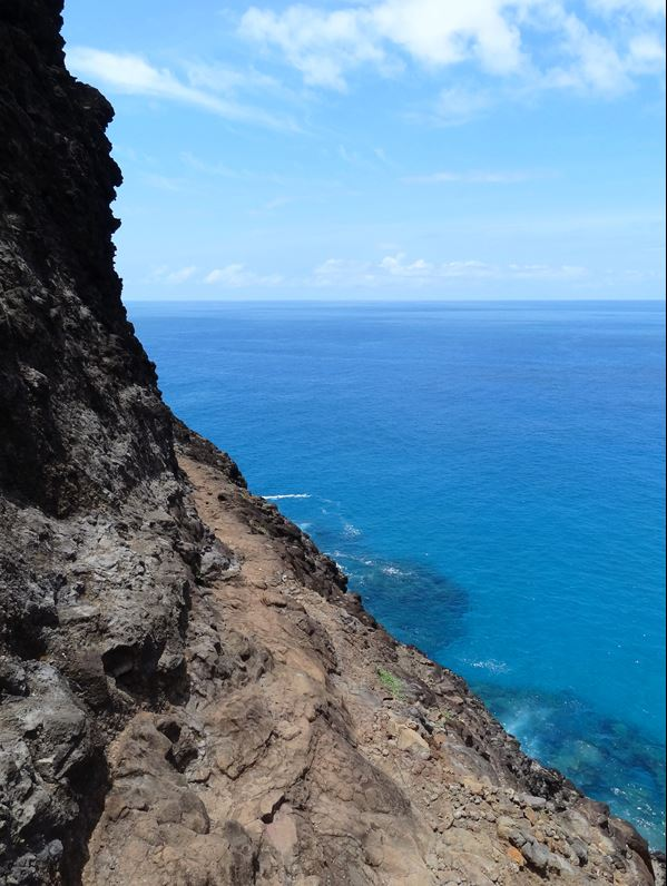 Kalalau-trail-backpacking-hiking-on-crawlers-ledge
