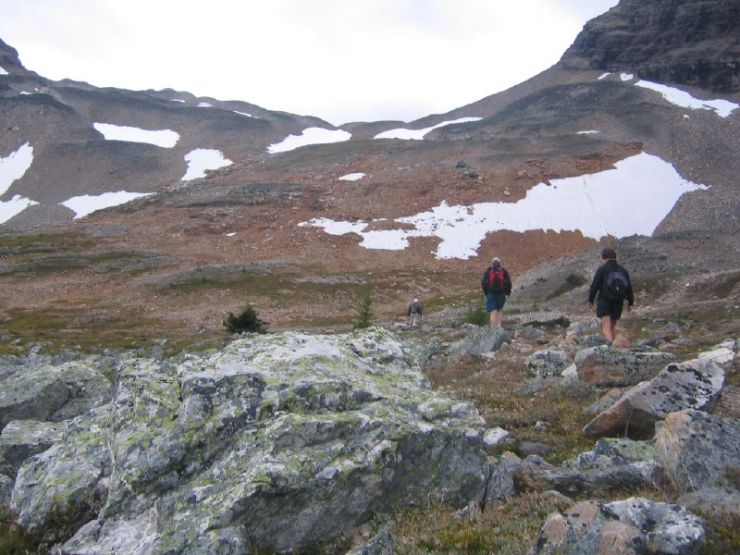 hikers-going-up-towards-wenkchemna-pass