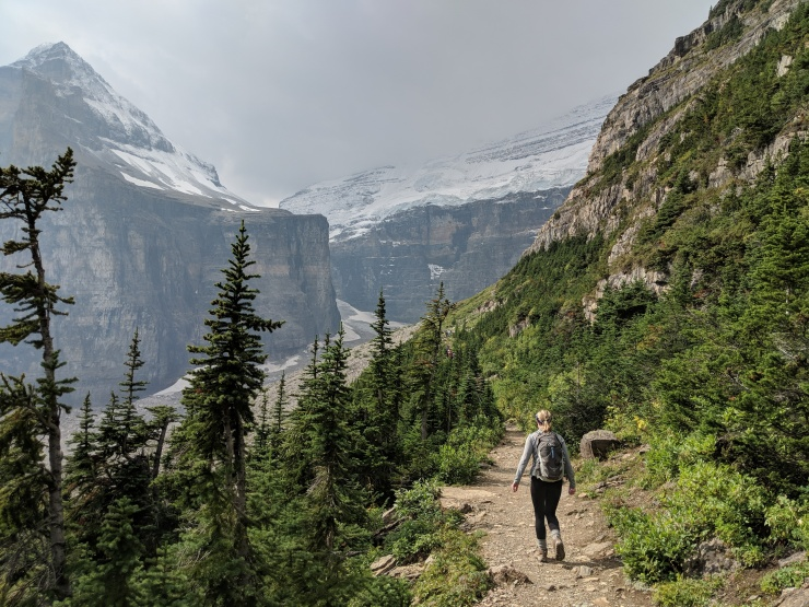 plain-of-six-glaciers-hiking-to-viewpoint