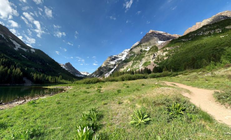 maroon-bells-trail-along-crater-lake-shore