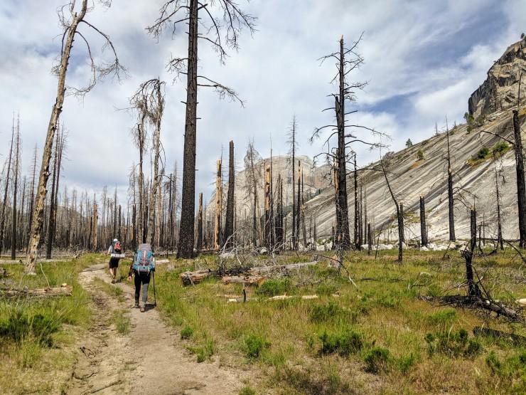 yosemite-backpacking-hiking-through-little-yosemite-valley