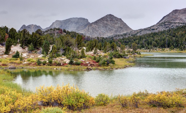 wind-river-cirque-towers-backpacking-21-skull-lake-shore