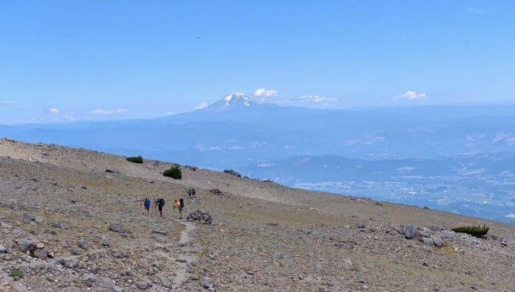 cloud-cap-to-gnarl-ridge-with-mount-adams-and-rainier-in-the-background-day-4_48567229476_o
